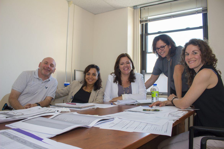Cindy Starnino (au centre), la directrice des Affaires académiques, en compagnie de son équipe de gestion (de gauche à droite) ¬Kevin Hayes, Fatima Azzahra Larizi, Christiane Montpetit et Geneviève Lamy.