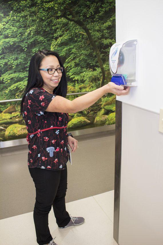 Cleo Yu-Tiamco, infirmière-chef adjointe au sein de l'Unité médicale de soins de courte durée, nettoie ses mains.