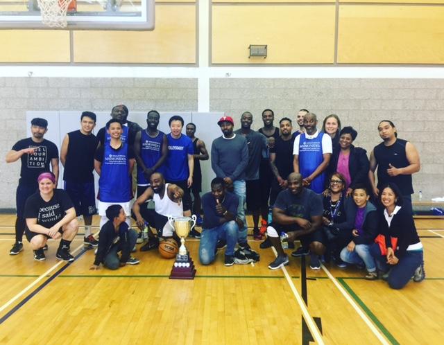 L'équipe « Maimonides » (en bleu) a remporté le Trophée Planetree cette année, après un match chaudement disputé contre l'équipe « CHSLD de Montréal », lors de la partie de basket-ball annuelle des membres du personnel.