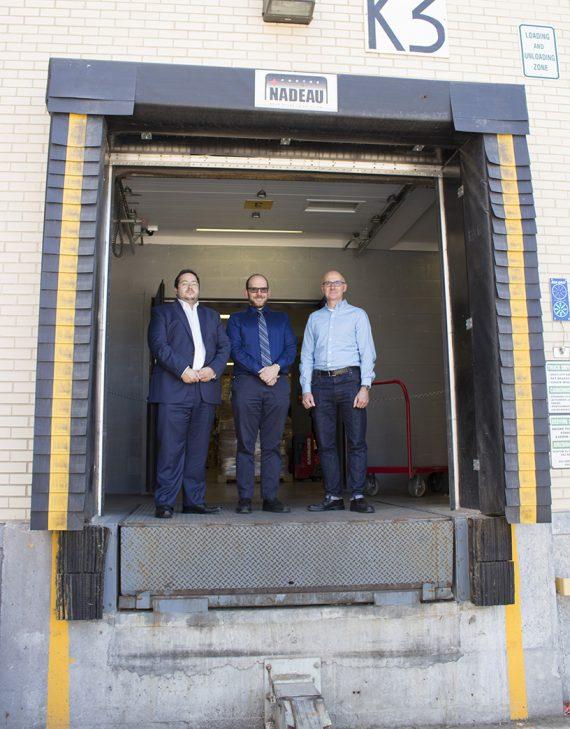 Isaac Maman (à gauche), Elliott Silverman (au centre) et François Lemieux au quai de chargement où ils ont finalisé les détails du transport d'un lit thérapeutique spécial pour une patiente de l'Hôpital Mont-Sinaï.