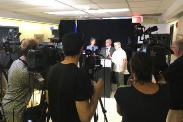 La présidente-directrice générale adjointe du CIUSSS du Centre-Ouest-de-l'Île-de-Montréal, Francine Dupuis (à droite), lors d'une conférence de presse au mois d'août annonçant la création de la super-clinique Queen Elizabeth. Également sur la photo, Katherine Weil, ministre de l'Immigration, de la Diversité et de l'Inclusion et députée de Notre-Dame-de-Grâce, et Gaétan Barrette, ministre de la Santé et des Services sociaux du Québec.