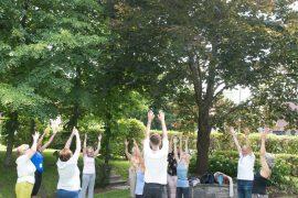 Sue Rusk, professeure de yoga bénévole, dirige un cours dans l'atmosphère sereine des jardins du Centre du bien-être L'espoir, c'est la vie.