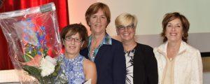 De gauche à droite, Marie-Hélène Carbonneau, lauréate du prix Jeanne-Mance, Johanne Boileau, directrice des Soins infirmiers du CIUSSS du Centre-Ouest-de-l'Île-de-Montréal et Lucie Tremblay, présidente de l'Ordre des infirmières et des infirmiers du Québec.
