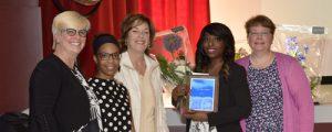 Kassandra Phanord (troisième à partir de la gauche) est la lauréate du prix Relève régionale. De gauche à droite, Dencia Jean-Paul, membre du Comité de l'Ordre régional des infirmières et infirmiers de Montréal/Laval (ORIIM/L), Louise Villeneuve, vice-présidente de l'ORIIM/L, Kassandra Phanord et Josée F. Breton, présidente de l'ORIIM/L.