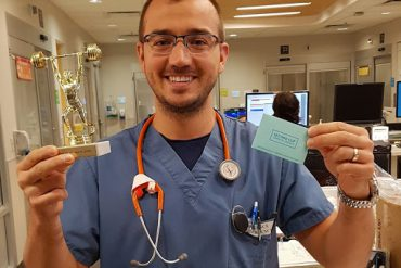 Le « champion » Victor Uscatescu a reçu un trophée pour sa contribution record de 133 ordonnances électroniques rédigées par un infirmier au cours du mois d'août. Cet infirmier clinicien du Service d'urgence de l'HGJ est devenu un adepte de l'application lorsqu'il travaillait comme infirmier d'accueil.
