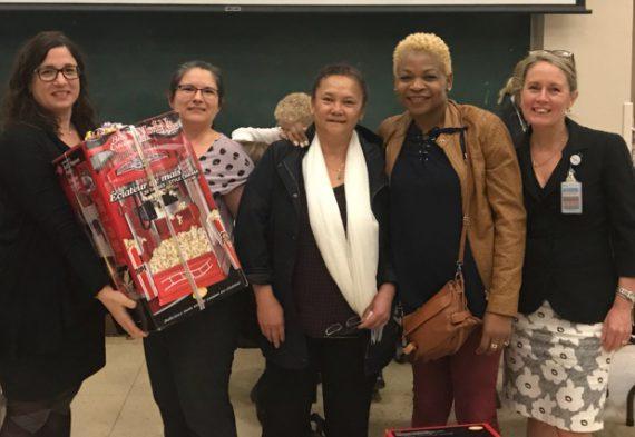 Sharon O'Grady (deuxième à gauche), infirmière-chef à l'Hôpital Catherine Booth, est la lauréate du Prix Sally Sperry 2017. Madame O'Grady a été reconnue pour son rôle dans la prévention des infections au sein de l'établissement de réadaptation. Elle a reçu son prix des mains de Silvana Perna (à gauche) à la conclusion de la semaine de Prévention et contrôle des infections, le 26 octobre. Également sur la photo, de droite à gauche, la directrice adjointe des Soins infirmiers, Anna Pevreal, et les infirmières-chef adjointes Glennis Collins et Liliane Chan-Taw.
