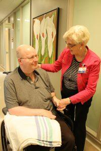 Barbara Cooke, l'une des bénévoles au Centre gériatrique Donald Berman Maimonides, en conversation avec l'un des résidents