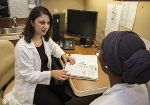 Monica Parmar, infirmière-conseillère du programme CNR, rencontre une patiente.