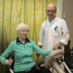 Thi Tran, physiothérapeute, explique à Helen Rainville Olders les bonnes techniques d'exercice.