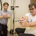 Leo Culhane, physiothérapeute, aide Marc F. Tremblay à peaufiner sa technique de musculation.