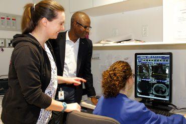 Etienne Nikiema, chef de service en Radiologie à l'Hôpital général juif (à l'arrière) avec les technologues spécialisées en radiologie Jessica Napper (à gauche) et Anna Romano.