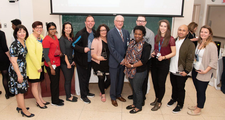 Des Prix d'appréciation ont été attribués lors de l'assemblée générale annuelle des Soins infirmiers, le 15 mai. De gauche à droite : Johanne Grondin, adjointe à la DSI-Pratique professionnelle en 1re ligne, DI-TSA et IPS; Lucie Tremblay, directrice des Soins infirmiers, CIUSSS du Centre-Ouest-de-l'Île-de-Montréal; Krishne Kandiah, infirmière auxiliaire à l'Hôpital Catherine Booth; Jenny Lepanto, infirmière clinicienne et adjointe du supérieur immédiat au CLSC de Parc-Extension; Yves Carbonneau; auxiliaire aux services de santé et sociaux (ASSS) au CLSC de Benny Farm; Nadia Legault, infirmière auxiliaire au GMF Village Santé (CLSC de Parc-Extension); Alan Maislin, président du Conseil d'administration du CIUSSS du Centre-Ouest-de-l'Île-de-Montréal; Vasthie Cadet, infirmière à l'Hôpital général juif; Yannick Latreille, infirmier clinicien à l'Hôpital général juif; Catherine Di Ioia, infirmière à l'Hôpital général juif; Mark Ortizo, infirmier clinicien, Soins à domicile (Plaza Côte-des-Neiges); Diana Dima, conseillère-cadre (intérimaire) à l'Hôpital général juif. Absent de la photo : Enrique Reyes, PAB à l'Hôpital général juif.