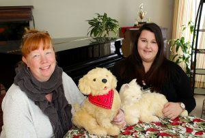 Wendy Foster et Amanda Mirarchi, techniciennes en loisirs au Centre d'hébergement St-Margaret, tirent parti des animaux de compagnie robotisés pour accroître le bien-être des résidents.