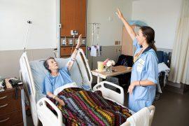 Lorina Bolea, bénévole au sein du PVAH, aide Viviane Plante à rester souple et à maintenir ou à améliorer ses mouvements.