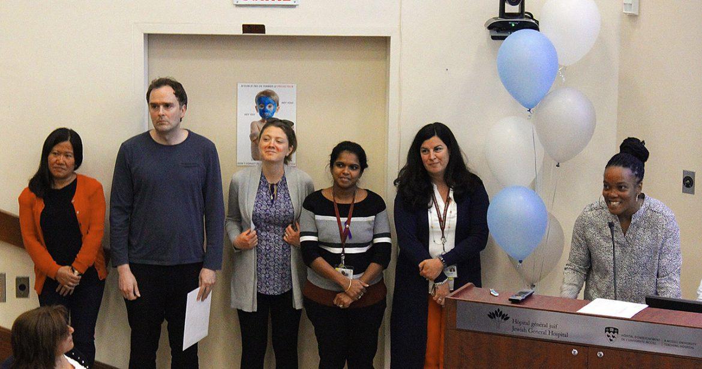 Les membres de l'équipe de projet Boramey Pech, Tim Halal, Claudia Corbu, Teeshila Rungien, Kathy Esetvez et Martine Dugazon reçoivent le prix « Éducation interdisciplinaire sur les maladies chroniques (maladies cardiaques) »