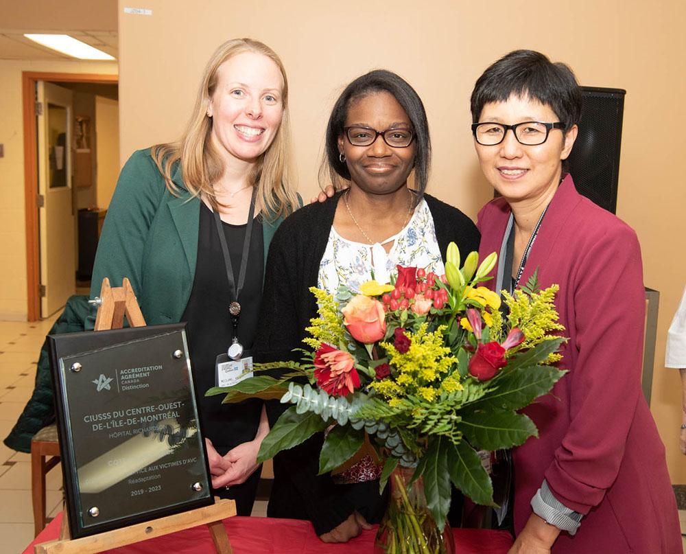 Les membres du personnel à l'Hôpital Richardson ont souligné le prix de Distinction – Services aux victimes d'AVC. De gauche à droite: Kate McClurg, spécialiste en activités cliniques; Alexandra Guignard, infirmière chef; Diana Chin, chef d'administration de programme.