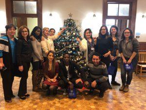 Le personnel de PRAIDA passe un moment festif autour du sapin de Noël!