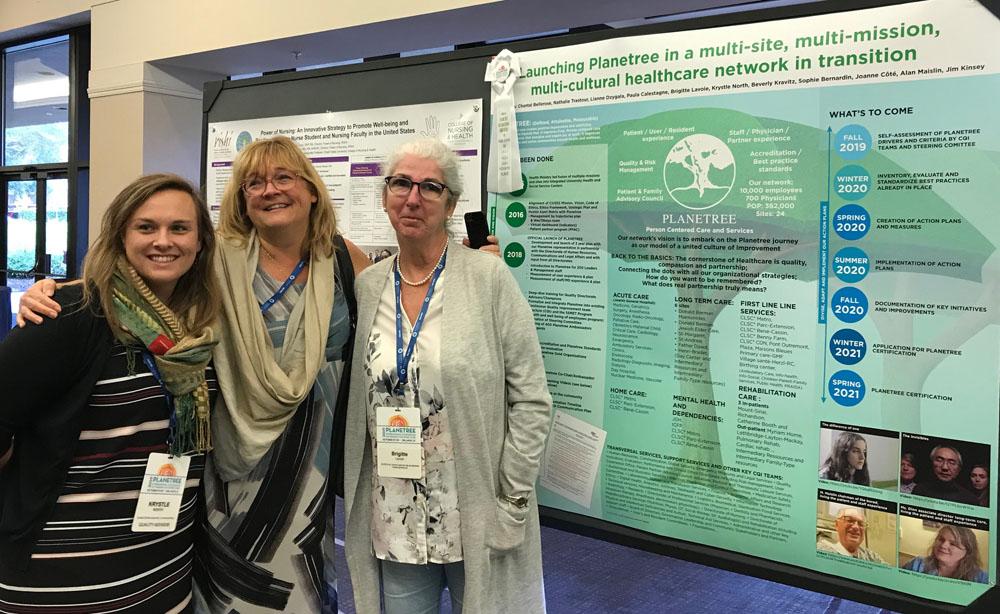 Krystle North, conseillère de l'équipe Qualité; Chantal Bellerose, responsable de Planetree à l'échelle du CIUSSS; Brigitte Lavoie, conseillère de l'équipe Qualité, sont fières du prix remporté en Floride