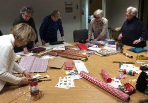Les 'lutins' bénévoles participent à l'effort en vue d'offrir un cadeau personnalisé aux résidents de Saint-Margaret.