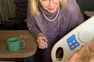 Carol Steadman, coordonnatrice du Programme de Moments magiques, parle avec une patiente en soins palliatifs à l'Hôpital Mont-Sinaï.