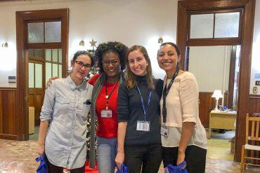 Membres de l'équipe de soins infirmiers du PRAIDA au quartier général du Programme (de gauche à droite) : Isabelle Pelletier, Farah Datus, Mia Roy-Bourdages et Vienna Valeriani. Absentes de la photo : Awatif Aarbaoui, Armelle Saint-Preux et Céline Dumas