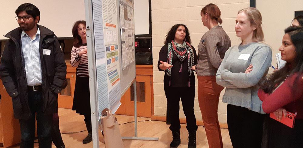 Des participants examinent des affiches présentées lors de la première Journée scientifique de réadaptation