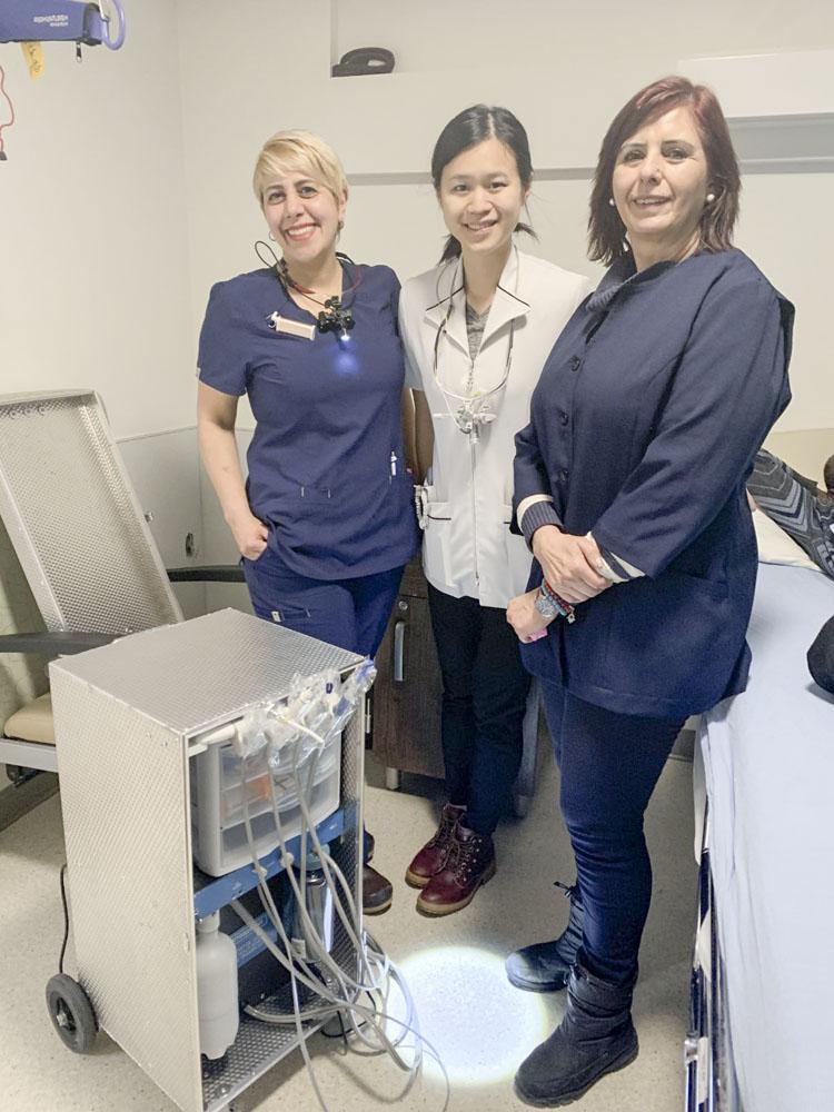 Équipe de soins dentaires du Centre d'hébergement Henri-Bradet : Tinoosh Dibamehr, hygiéniste dentaire, Dre Rachel Lin, dentiste, Martha Lopez, assistante dentaire