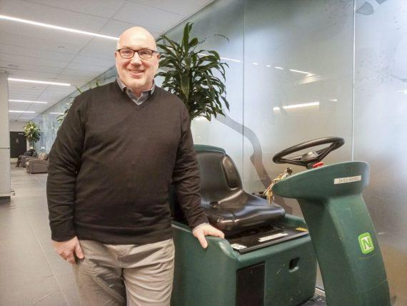 Eric New, chef de secteur de l'hygiène et de la salubrité du CIUSSS, est chargé de l'orientation et de la supervision des employés dans plus d'une douzaine d'établissements. Il veille également à ce que les meilleures pratiques soient mises en œuvre pour le nettoyage des espaces et des équipements du CIUSSS
