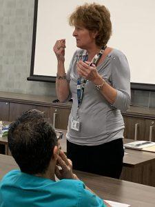 Lyne Déry, infirmière clinicienne, enseigne au personnel à déceler et à prévenir les troubles bucco-dentaires des résidents dans les centres de soins de longue durée