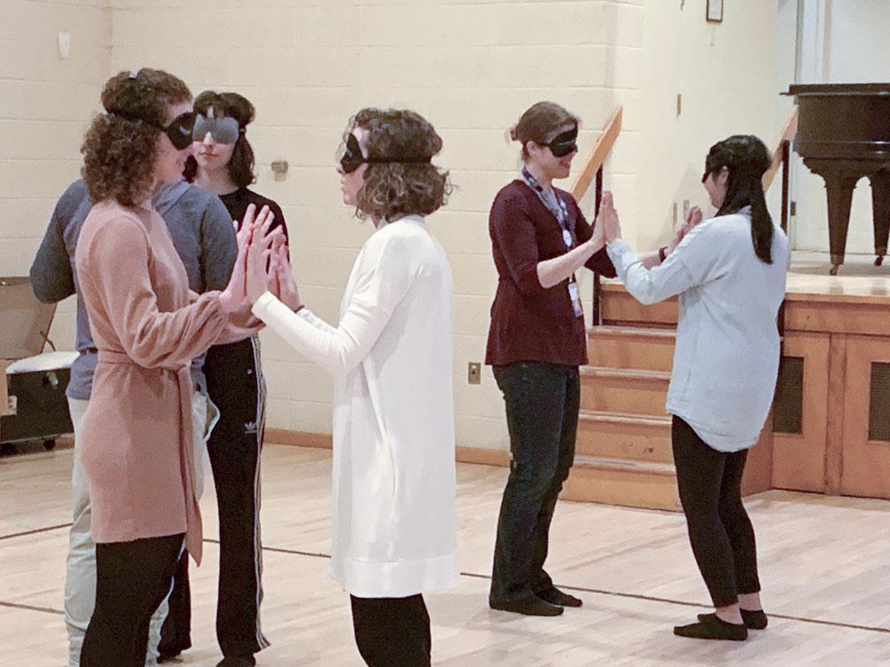 Les membres du personnel du Centre de réadaptation Lethbridge-Layton-Mackay participent à l'atelier Camille, Un rendez-vous au-delà du visuel, pendant la Semaine de la canne blanche.