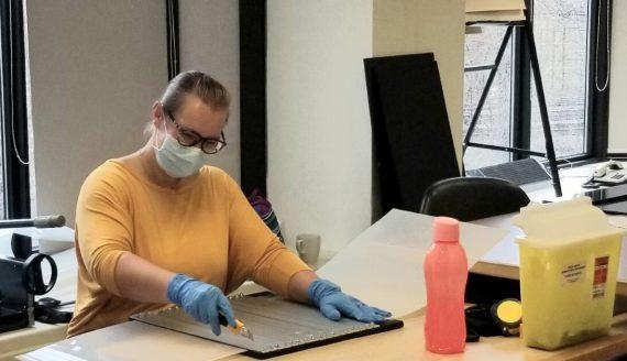 Caroline Gilbert, technicienne en orthèses-prothèses, au Centre de réadaptation Constance-Lethbridge-Mackay, en plein travail de fabrication d'un écran facial pour protéger les professionnels de première ligne