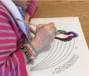 Au Centre gériatrique Maimonides Donald Berman, les membres du personnel aident les résidents à faire des arcs-en-ciel. « C'est un symbole de paix et d'espoir », explique la spécialiste en thérapies récréatives, Shoshana Friedman