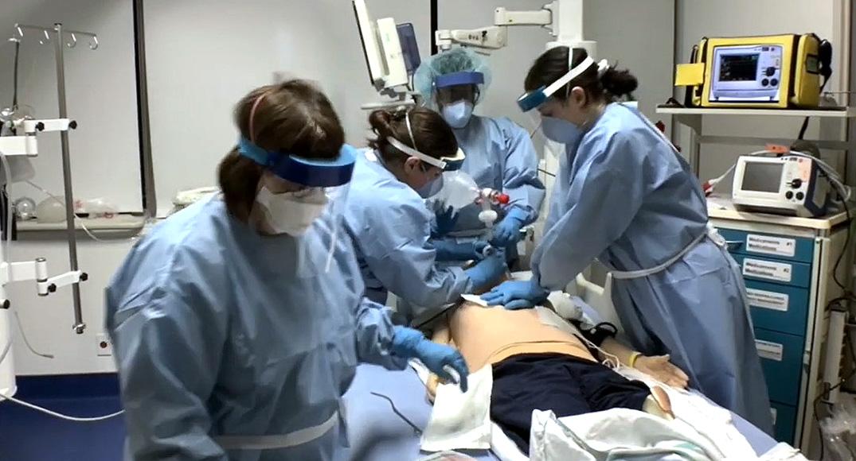 Capture d'écran d'une vidéo de l'HGJ : les professionnels de la santé utilisent un mannequin pour simuler les soins prodigués à un patient contaminé par la COVID-19 qui a eu un arrêt cardiaque peu de temps après son arrivée à l'Hôpital