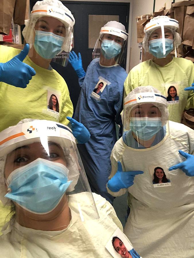 Les membres de l'équipe de réadaptation de l'Hôpital Catherine Booth ont placé leur photo sur leurs blouses protectrices pour les aider à tisser des liens avec les patients. Devant, de gauche à droite : Stéphanie Sens et Clara Del Degan. Derrière, de gauche à droite : Julianne Noseworthy, Gabrielle Gaudreault-Malépart et Jenny Do