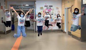 Des membres du personnel du 10e étage du pavillon K arborant leur t-shirt « Superhéros »