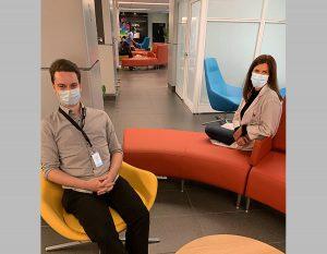 Le technicien en bâtiment David Gadoua et Chloé Décarie-Drolet, l'infirmière-chef de l'Unité post-partum, sont assis dans le salon réaménagé de l'HGJ. La nouvelle salle d'allaitement est à droite.