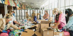 Des bénévoles ont passé la journée du 15 septembre au Carrefour Lea Polansky pour préparer environ 700 trousses de soins contenant des produits comme une brosse à dents, un peigne et du baume pour les lèvres et d'autres articles