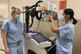 Les technologues en radiologie Joanne Schutter (à gauche) et Rubab Mohammad avec une unité de radiologie mobile