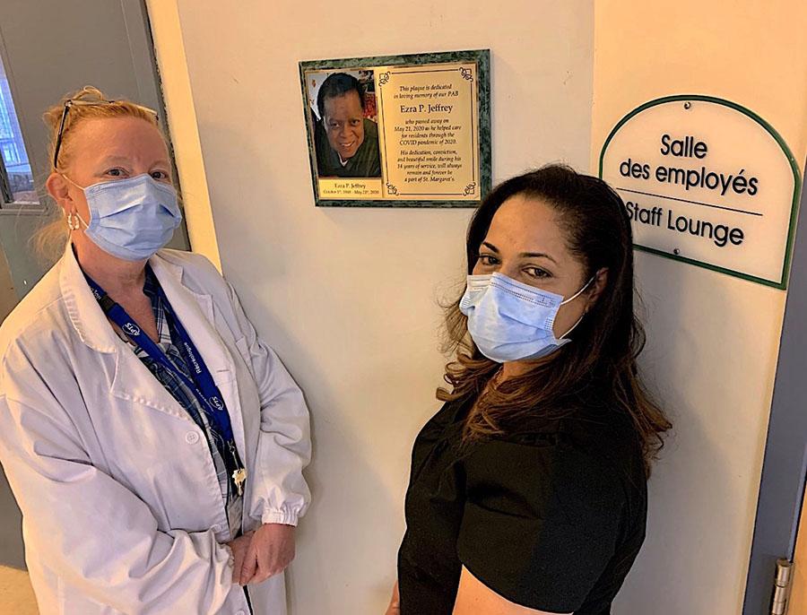 La récréothérapeute Wendy Foster (à gauche) et la PAB Lucy-Ann Ferguson devant la plaque à la mémoire d'Ezra Jeffrey