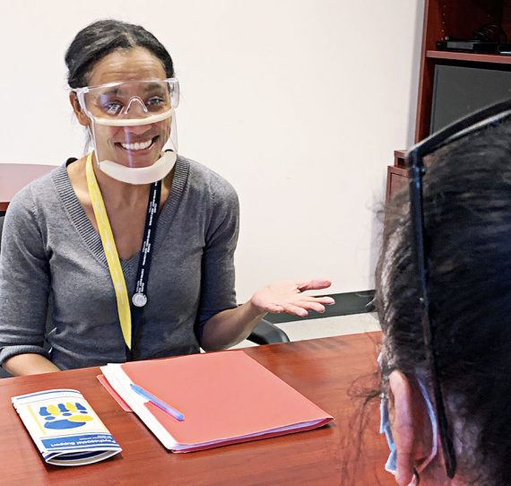 Ashanta Farrington, travailleuse sociale, porte un masque transparent au Site MAB de notre CIUSSS
