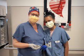 L'infirmière Caroline Gagner (à gauche) et l'infirmière Nadira Ramrup, chef d'Unité de soins infirmiers, Laboratoire de cathétérisme cardiaque à l'HGJ, tiennent des piles de stimulateurs cardiaques qui seront envoyées au recyclage.
