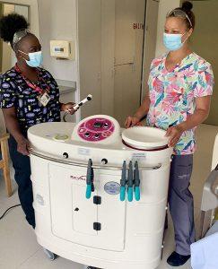 Les PAB Latoya Maighan (à gauche) et Maria Barros avec une unité de douche mobile