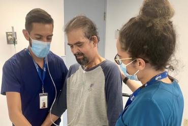 Luis Rosales, qui a eu la COVID-19 en février, reçoit un traitement de physiothérapie à l'Hôpital Mont-Sinaï du thérapeute en réadaptation physique Ivan Rivera (à gauche) et de l'ergothérapeute Sabrina Campisi.