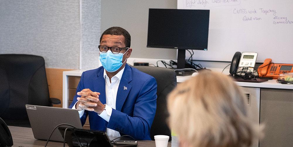 Le ministre délégué à la Santé, Lionel Carmant lors de sa visite à l'HGJ le 10 août.